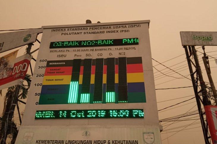 Kabut asap semakin pekat di sore hari Jambi