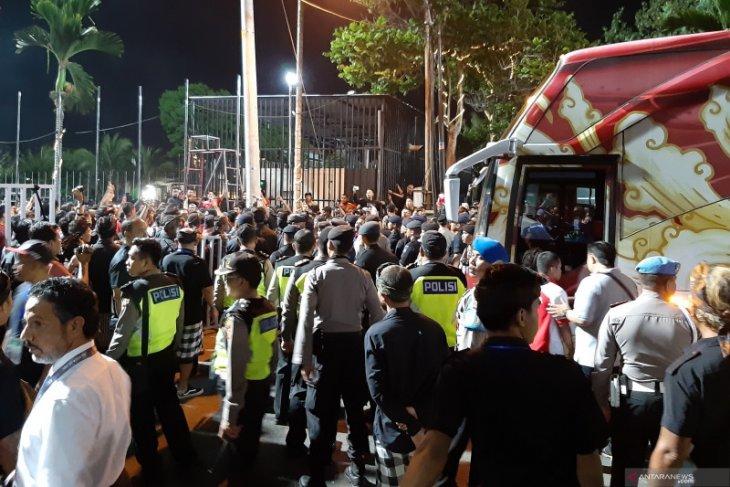 unjuk rasa ratusan suporter  usai timnas Indonesia ditaklukkan Vietnam