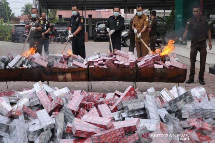 Kejari musnahkan puluhan ribu bungkus rokok ilegal di Aceh Timur