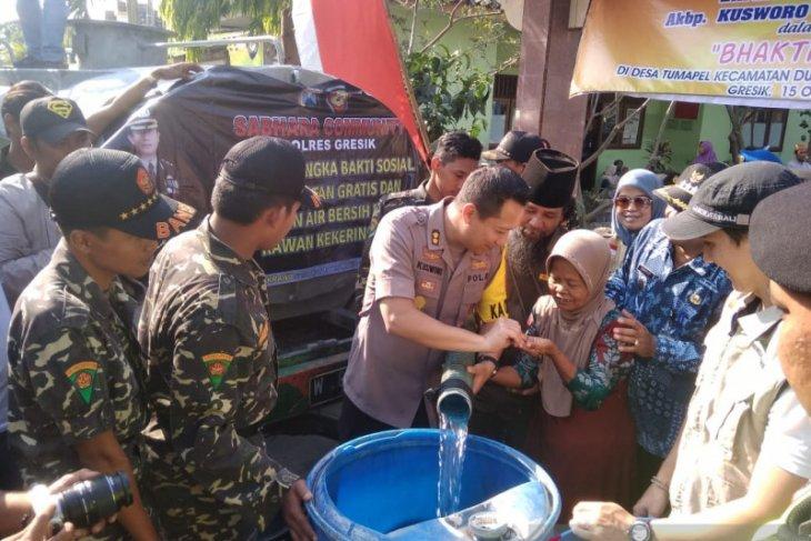 Di wilayah krisis, Polres Gresik bagikan air bersih