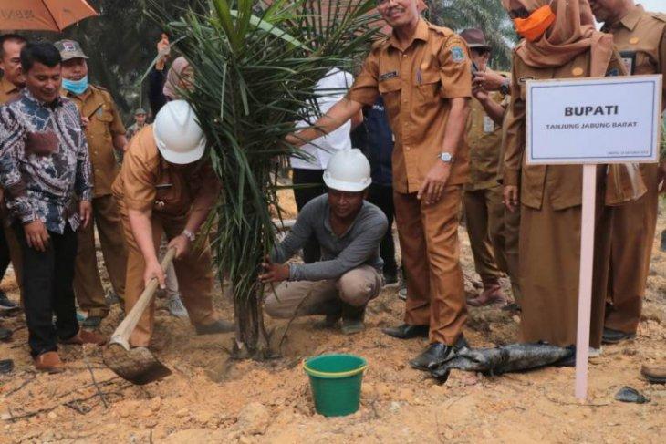 Bupati Safrial ikut penanaman perdana replanting kelapa sawit
