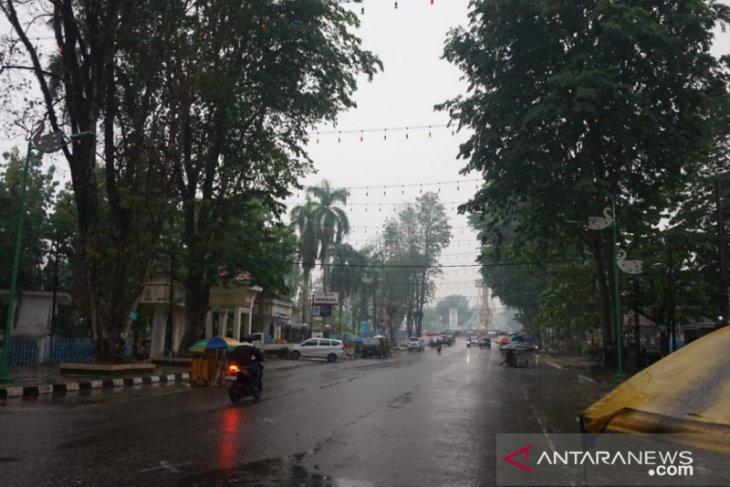Kota Jambi dan sekitarnya diguyur hujan deras,  kabut asap reda