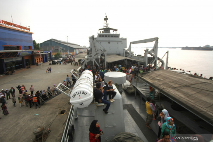 KRI Teluk Ende brings two cadets from S Kalimantan
