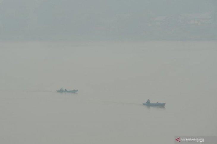 Penampakan sungai Batanghari yang diselimuti kabut asap
