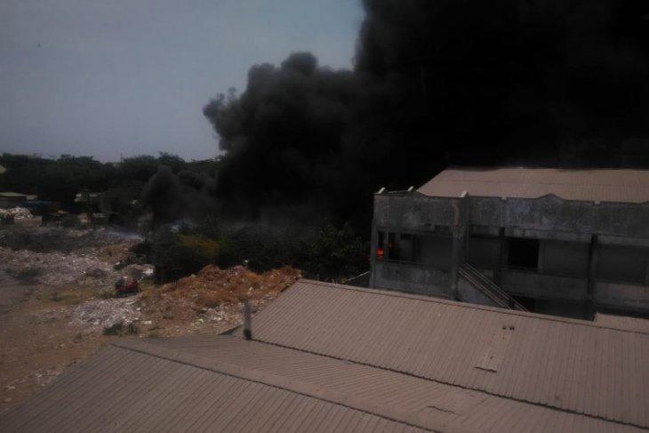 Tempat Pembuangan Sampah Rungkut Surabaya Terbakar Antara
