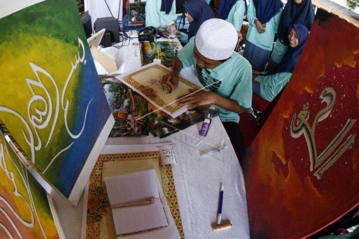 Santri menulis kaligrafi