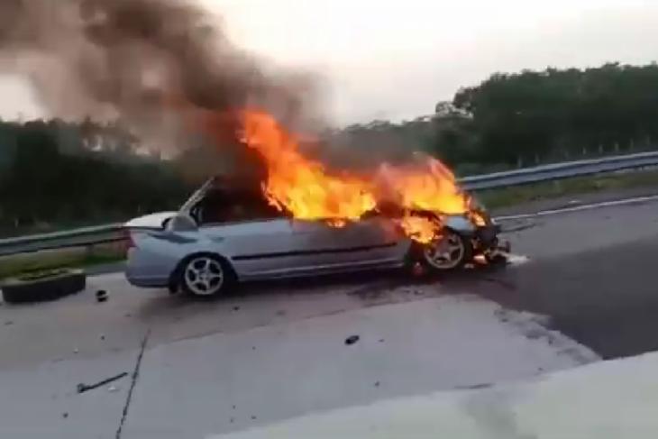 Empat orang meninggal akibat terjebak dalam mobil sedan yang terbakar