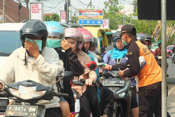 BPBD Jember bagikan masker gratis atasi debu Karhutla