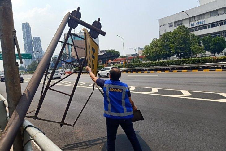 Rambu lalu lintas roboh dan menutup lajur keluar tol MT Haryono