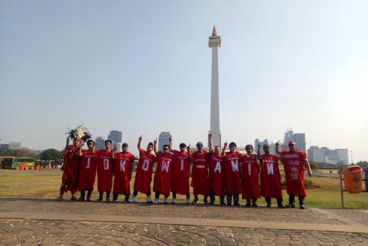 Masyarakat pakai jubah unik sambut presiden  di Monas