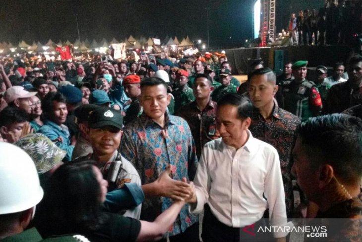 Presiden  Jokowi turun panggung salami penonton konser