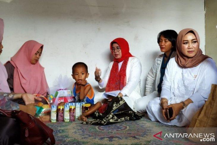 Istri karyawan timah kunjungi keluarga stunting di Kelurahan Tua Tunu
