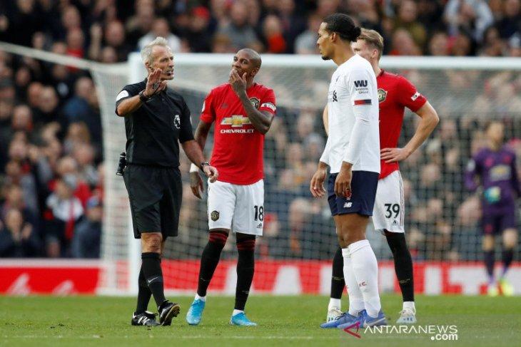Gol kontroversial MU versus Liverpool di mata Neville dan Carragher