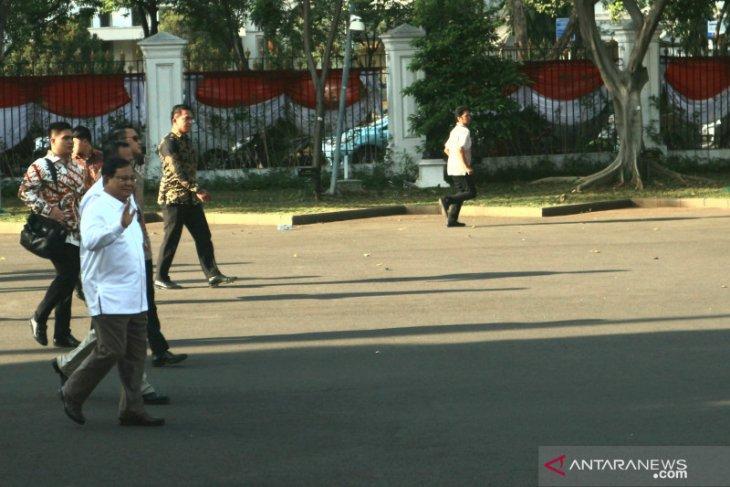 Kenakan kemeja putih, Prabowo Subianto tiba di istana temui Presiden
