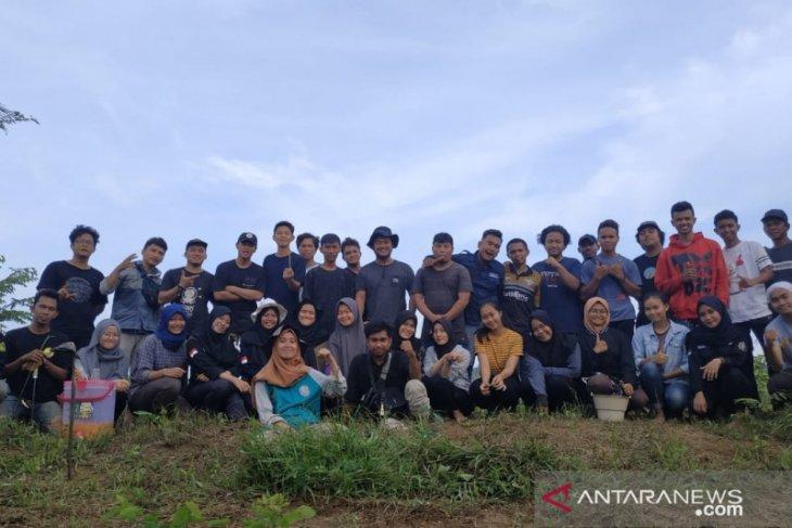Sekitar 150 mahasiswa Untag rawat DAS Karang Mumus