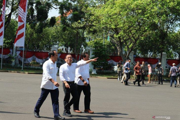 Datangi istana kepresidenan, Pratikno, Nico Harjanto, Fadjroel Rahman