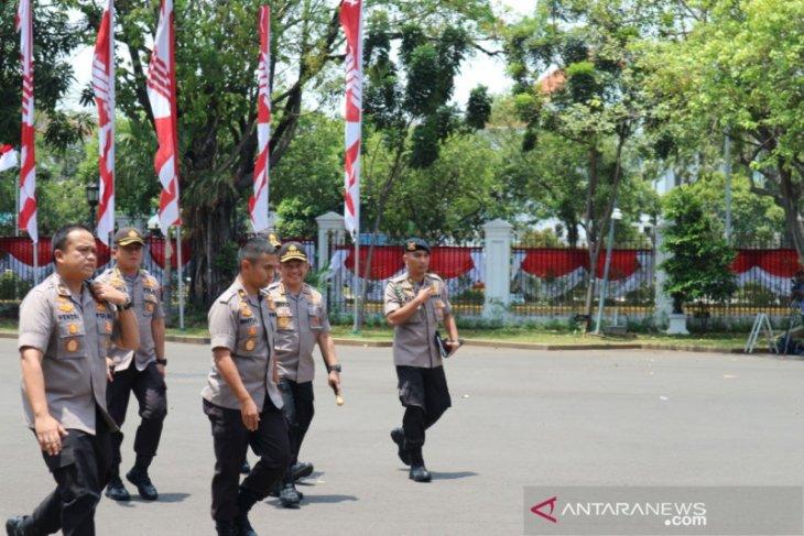 Kapolri Tito Karnavian merapat ke istana tanpa kenakan  kemeja putih