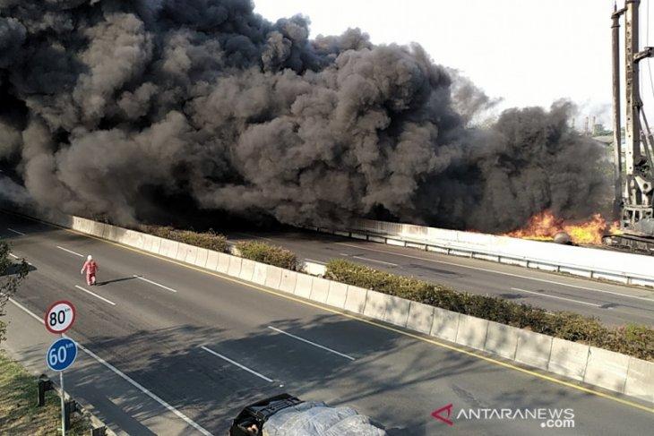Fire engulfs Pertamina pipeline near Padalarang toll roadside