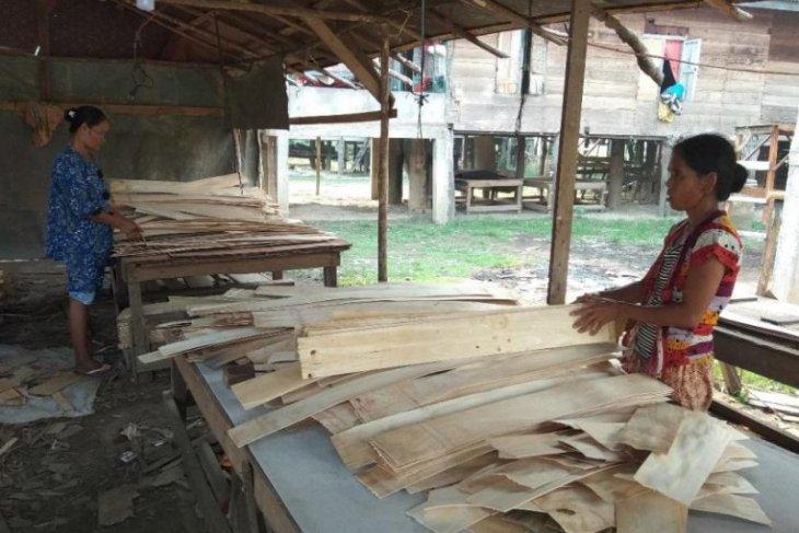 Perempuan Desa Sarang Burung punya kerja sampingan rangkai kayu lapis