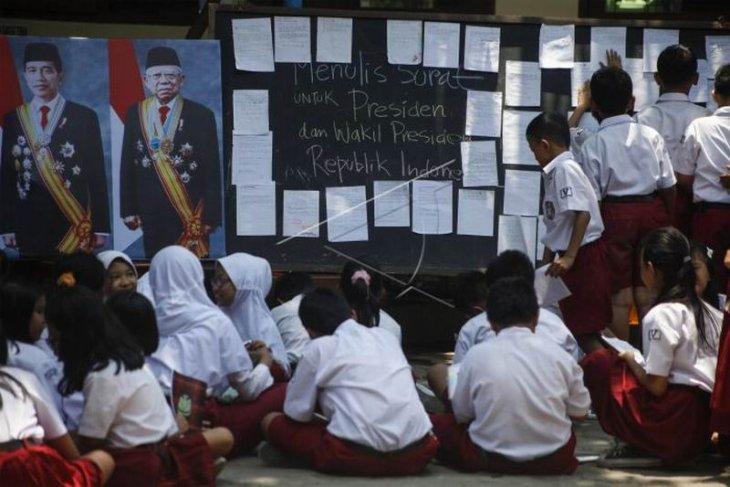 Menulis surat untuk Presiden dan dan Wapres
