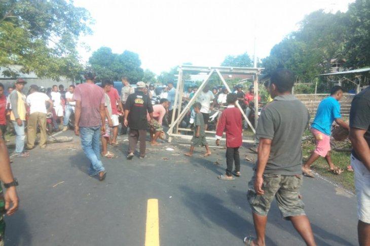 Warga Tobelo Selatan palang jalan lintas Halmahera