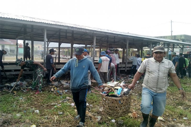 Satgas TMMD Ke-106 Kodim 0314/Inhil Gotong-royong Membersihkan Sarana Umum Desa