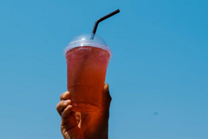 Minum air dingin saat suhu udara tinggi tidak sebabkan