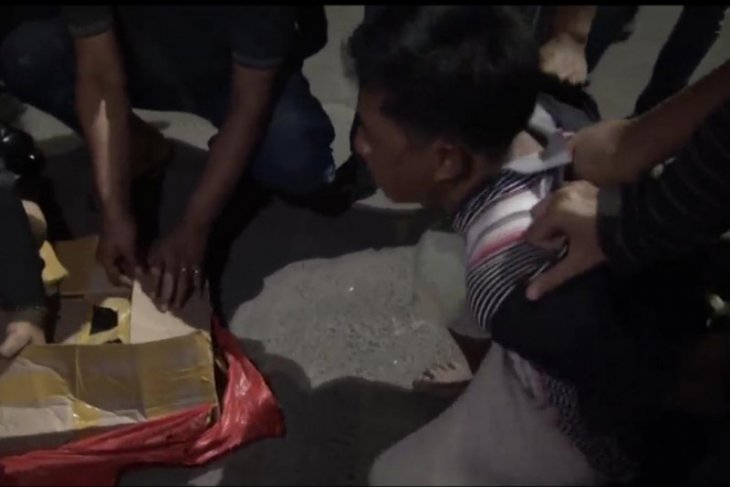 Sergap bus antarprovinsi, BNNP Jatim tangkap tiga kurir beserta 4 kg sabu-sabu