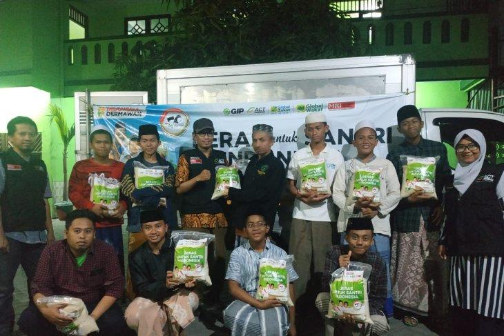 ACT Jatim salurkan beras untuk  santri