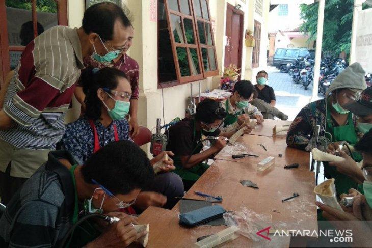 ISI Denpasar mantapkan keahlian mahasiswa dalam seni ukir tulang