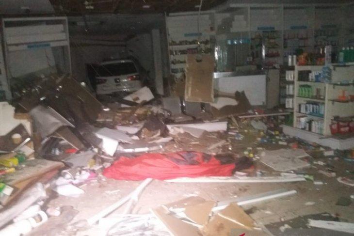 Mobil seruduk apotek, satu orang tewas