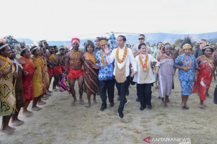 President Jokowi pledges to build market and roads in Arfak, West Papua