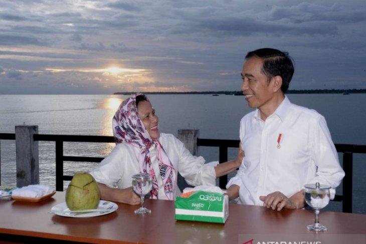 Presiden Jokowi dan Ibu Iriana nikmati senja di Kaimana-Papua Barat