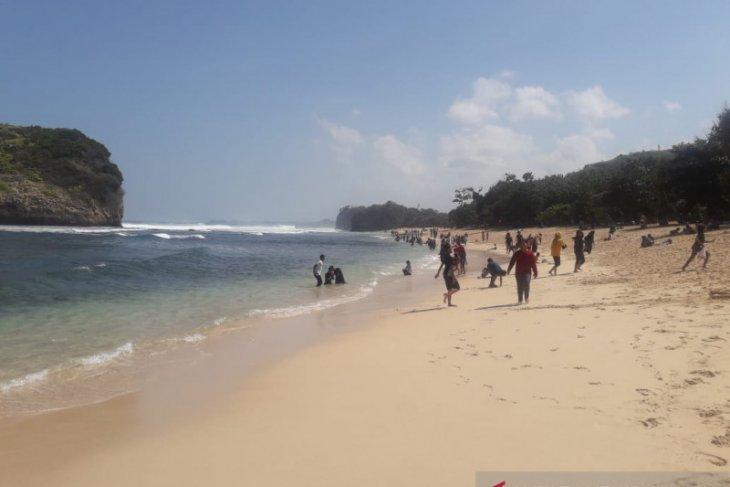 Malang kenalkan surfing malam hari di Pantai Wedi Awu