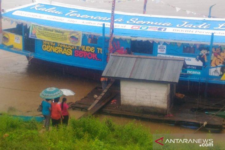 Pelayanan KB DAS Kapal Bandong  sisir warga di jalur sungai