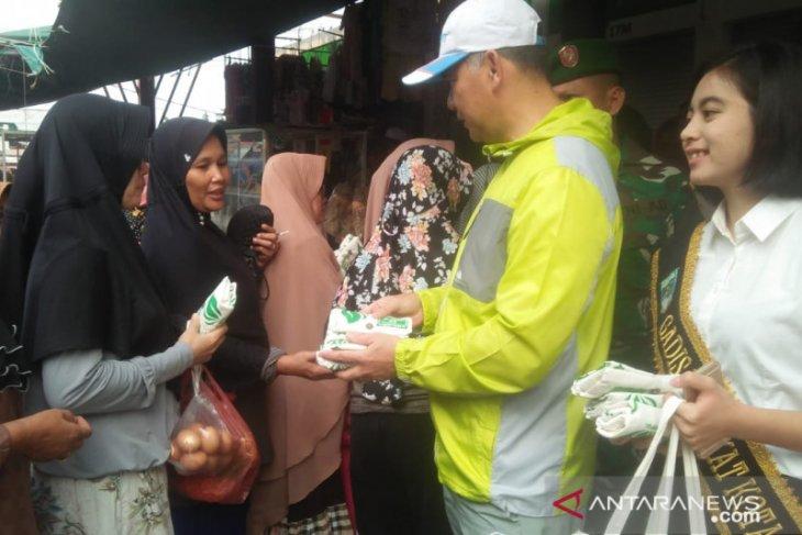 Fasha bagikan kantong non-plastik di pasar tradisional