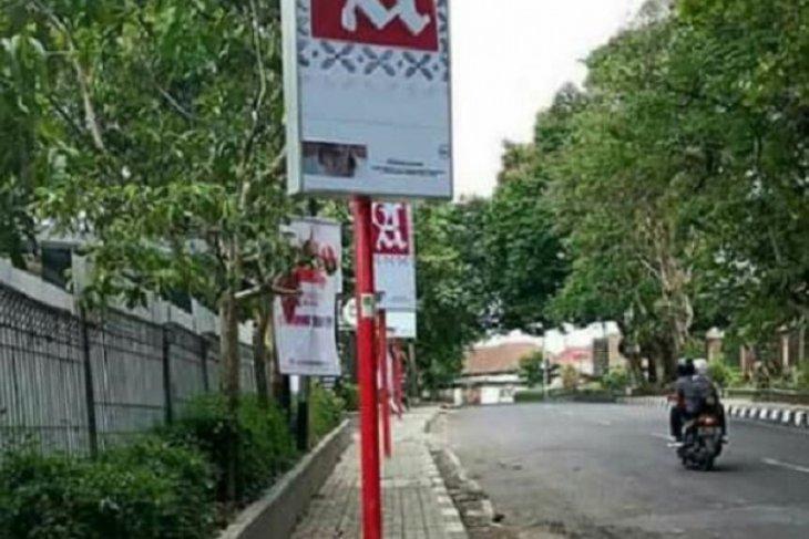 Wali Kota Sukabumi cabut paksa reklame bertiang di tengah trotoar
