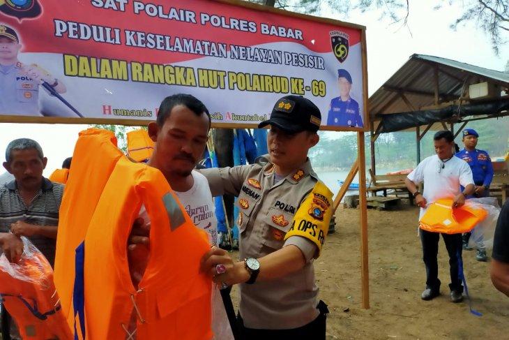 Polres Bangka Barat salurkan bantuan alat keselamatan nelayan