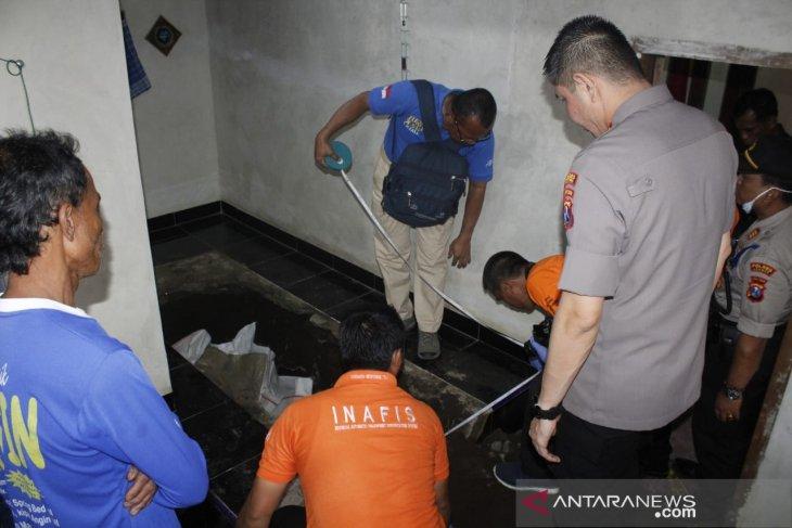 Polisi bongkar lantai mushalla tempat korban pembunuhan dicor