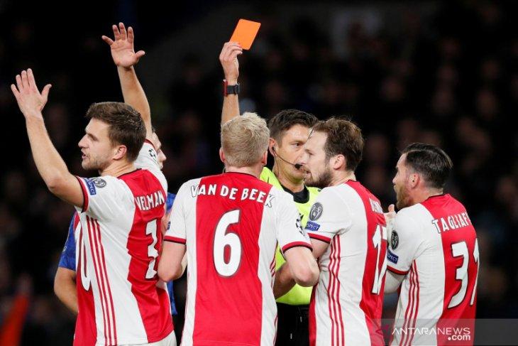 Chelsea membutuhkan dua kartu merah  untuk mengimbangi Ajax  4-4