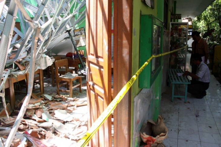 Siswa sekolah ambruk diliburkan sepekan