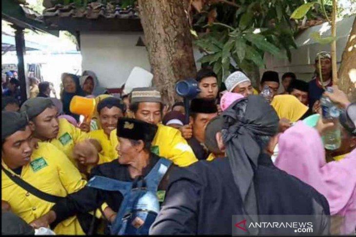 Air cucian Gong Sekati Keraton Kanoman jadi rebutan warga