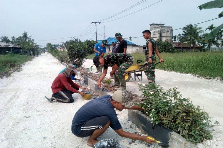 Satgas TMMD Kodim 0314/Inhil Memasang Batako Di Tengah Ruas Jalan Merdeka