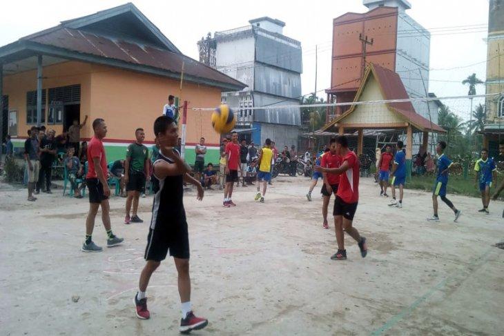 Satgas TMMD Dan Masyarakat Inhil Menggelar Turnamen Volly Cup
