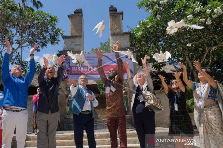 Di Bali, 150 peserta Kongres Perdamaian Internasional estafetkan obor (video)