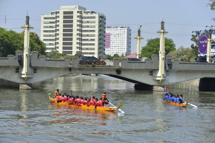 Jembatan Pemuda depan Monkasel Surabaya dipercantik