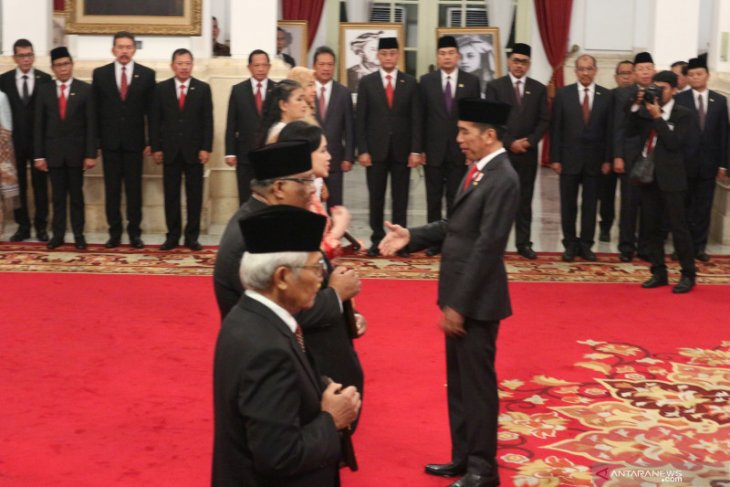 Jokowi confers National Hero titles on first UGM rector, five figures