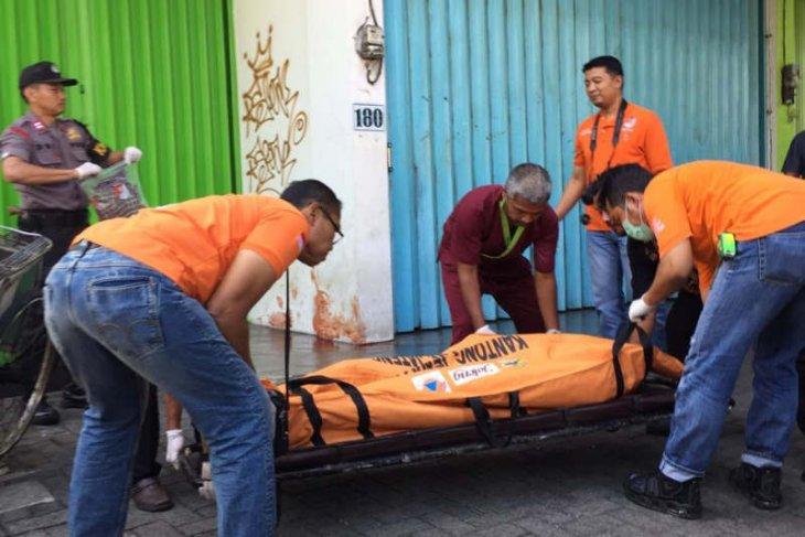 Seorang pria ditemukan tewas di depan ruko, kepala dan wajah alami luka