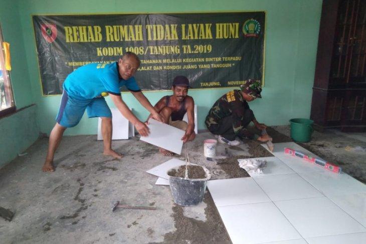 Anggota TNI rehab rumah tak layak huni