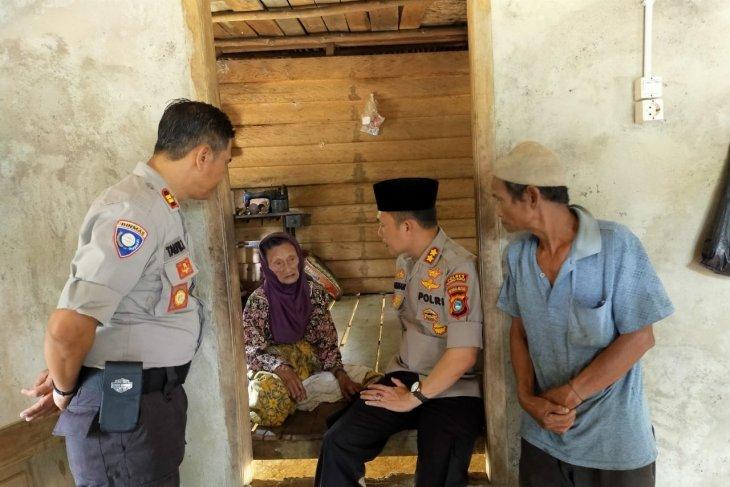 Polres Bangka Barat salurkan bantuan sembako kepada warga Airnyatoh